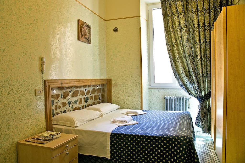 Camera spaziosa (fino a 5 persone) con bagno privato. Wi-Fi, servizio pulizia e colazione inclusi.