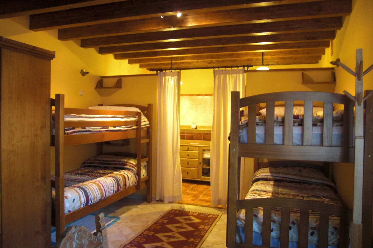 dormitorio familiar con 2 literas y cama doble