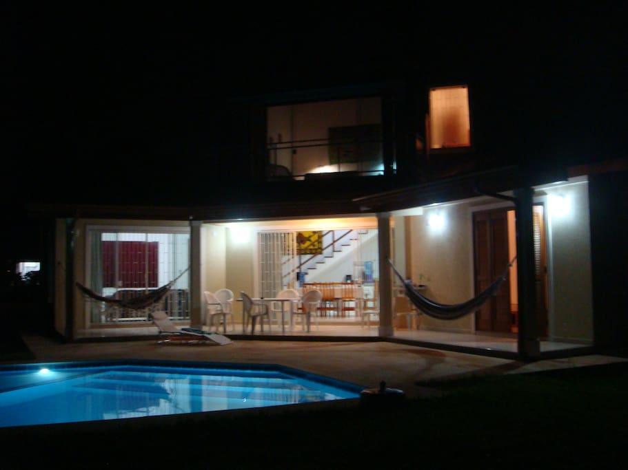 A piscina também é perfeita para as noites quentes de verão.