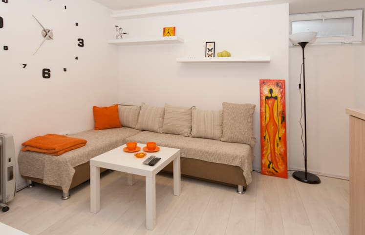 City Center Orange Place Studio + FREE PARKING - Belgrado - Appartement