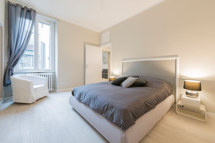 a large and confortable bedroom