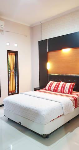 Kamar utama plus kamar mandi dalam,ac lemari pakaian ,tv