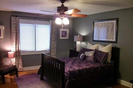 Comfortable Private Bed & Bath - Elmhurst