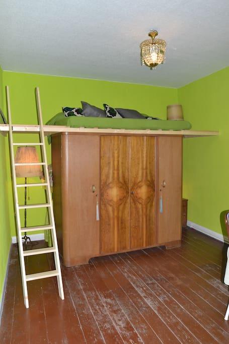 Das Narniazimmer verdankt seinen Namen diesem Schrank, hinter (und über) dem sich die Welt der Träume verbirgt.