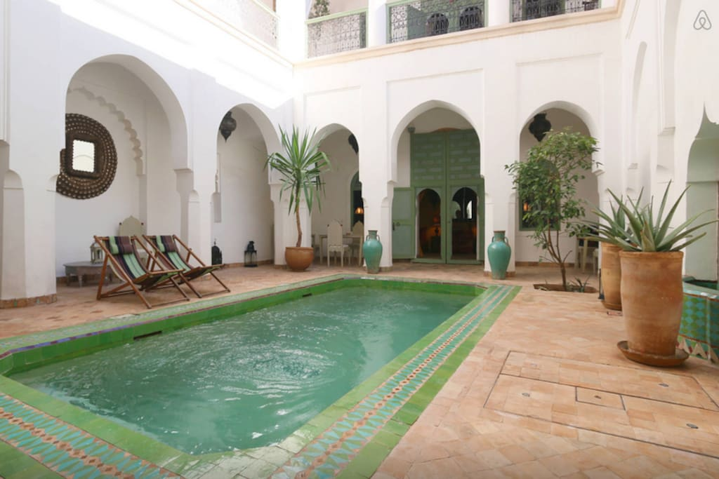 Piscine dans le patio du Riad Herougui