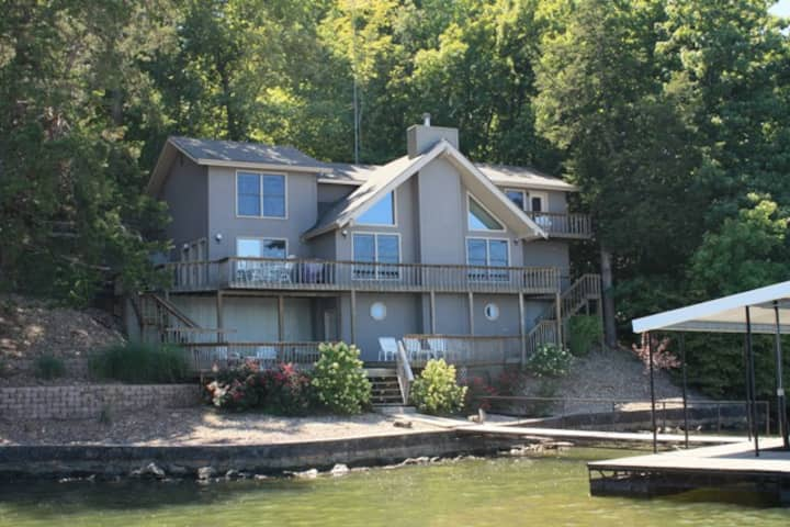 Beautiful Lakefront Home ~ 4BD / 3 Master Suites