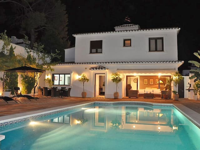 Villa with HEATED Pool ,Lounge, direkt in Marbella