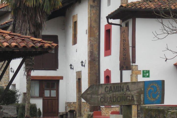 El camino a Covadonga pasa por delante de la casa