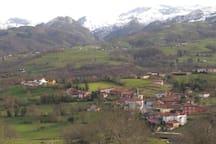 Vista de Miyares desde el norte, al fondo los Picos de Europa