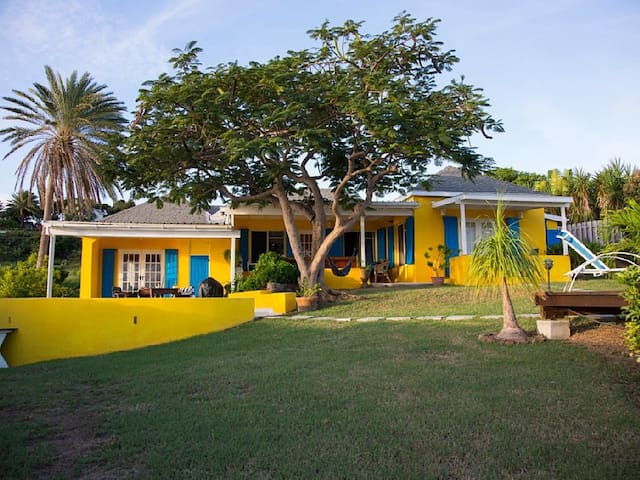Yellow house with sea views  - English Harbour - Casa de campo