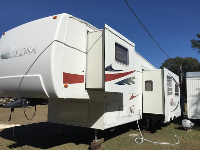 Steps to HITS- Entire RV, Sleeps 3 - Morriston - Camper