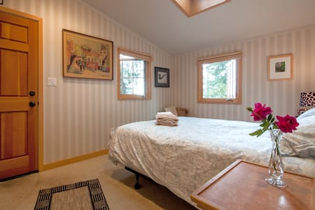 Room type: Entire home/apt Property type: Other Accommodates: 3 Bedrooms: 2 Bathrooms: 1