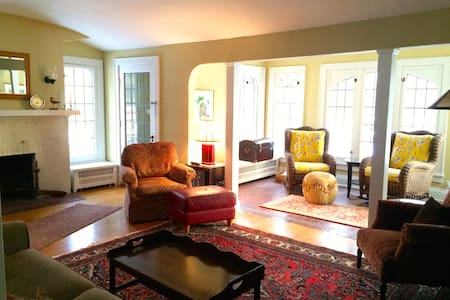 Warm & Cozy, in Walkable Shorewood - Shorewood