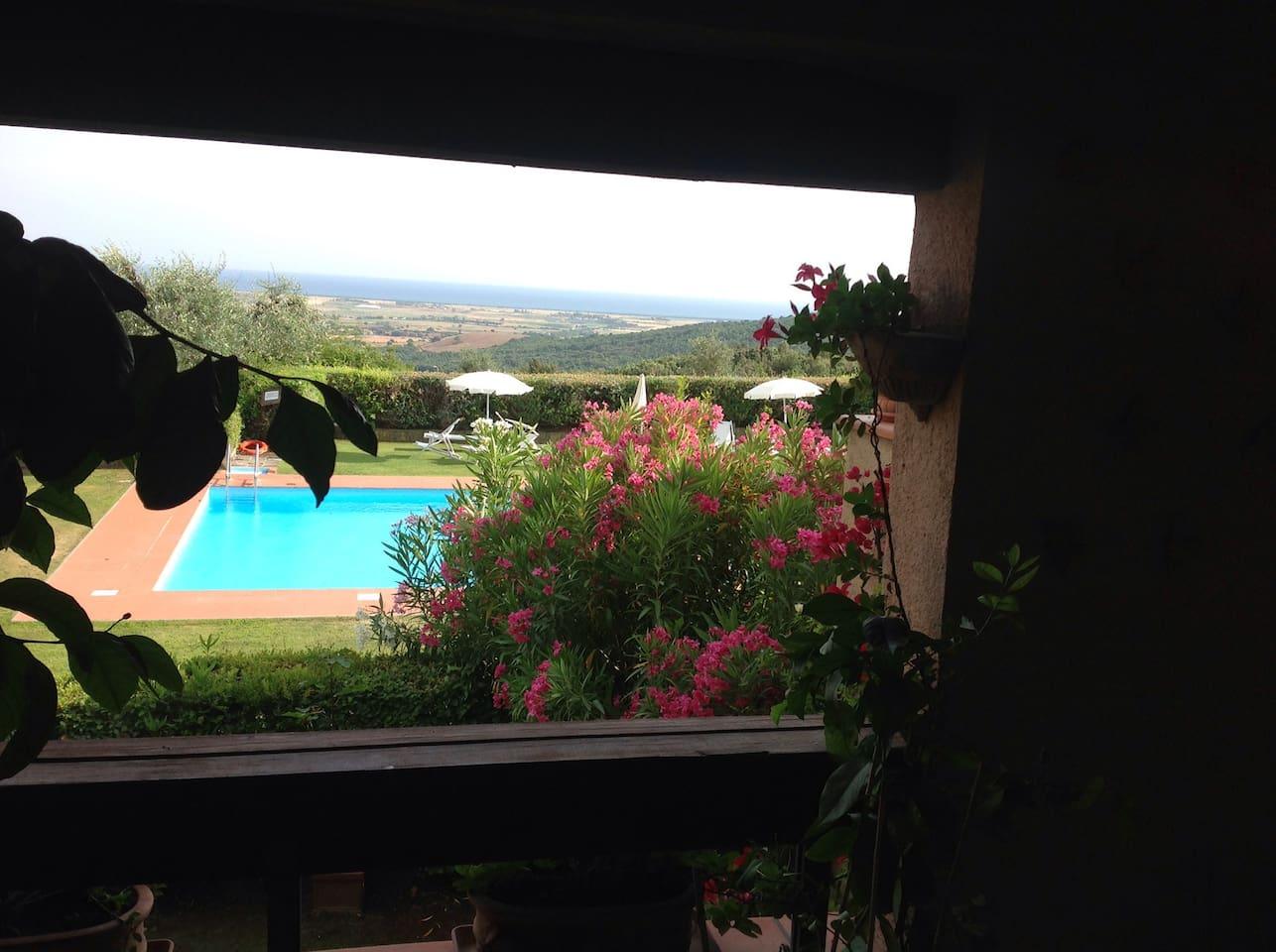 veranda con vista piscina e mare