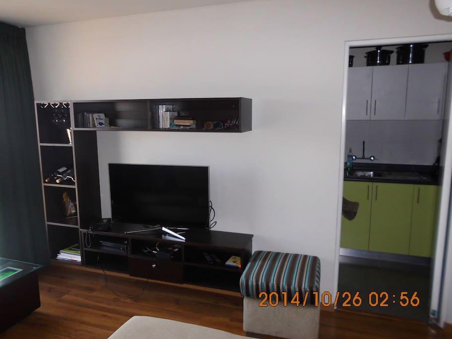 Vista a la TV y entrada a la cocina totalmente equipada