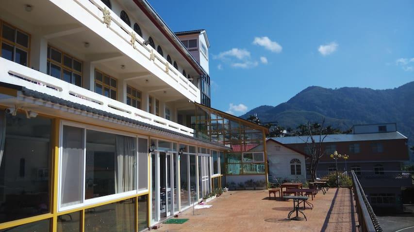 阿里山瑞里風景區优质的合法民宿,帶你體驗茶旅行及螢火蟲!景觀雙人房~