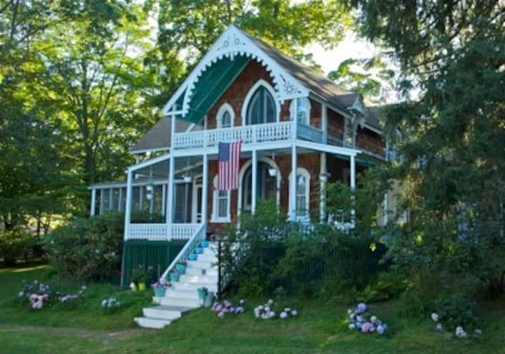 Shelter Island Heights: 4 Bdrms + Beach Club
