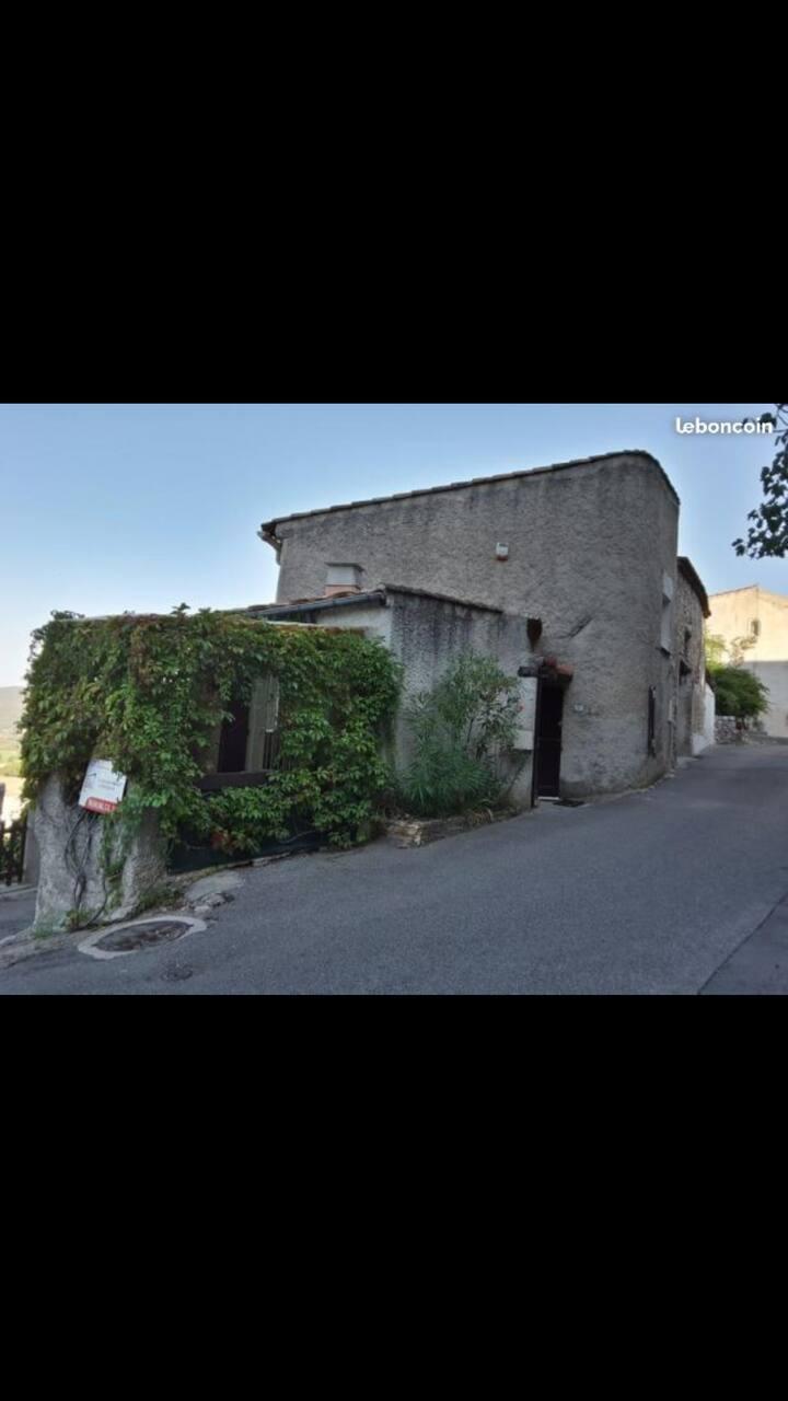 Jolie maison de village  et vue magnifique.