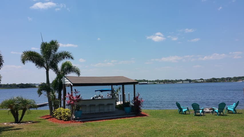 Lakeside living 5 min from Downtown Orlando!