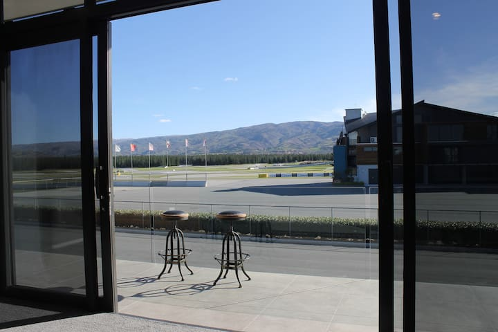 Sunny apartment at Highlands Motorsport Park - Cromwell - Apartament