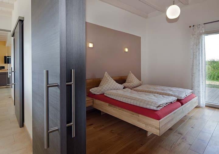 Erlebnis-Käse-Wohlfühl-Hof (Röckingen), Moderne Ferienwohnung Bergblick mit Regendusche und Glasfront