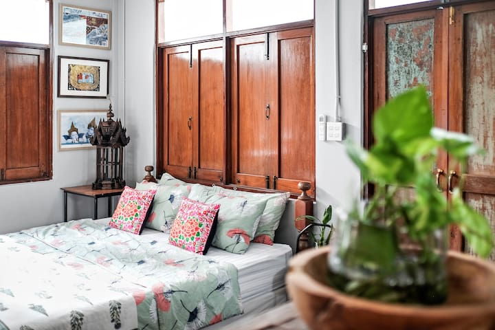 the Tropical Cottage: a charmed & traditional home