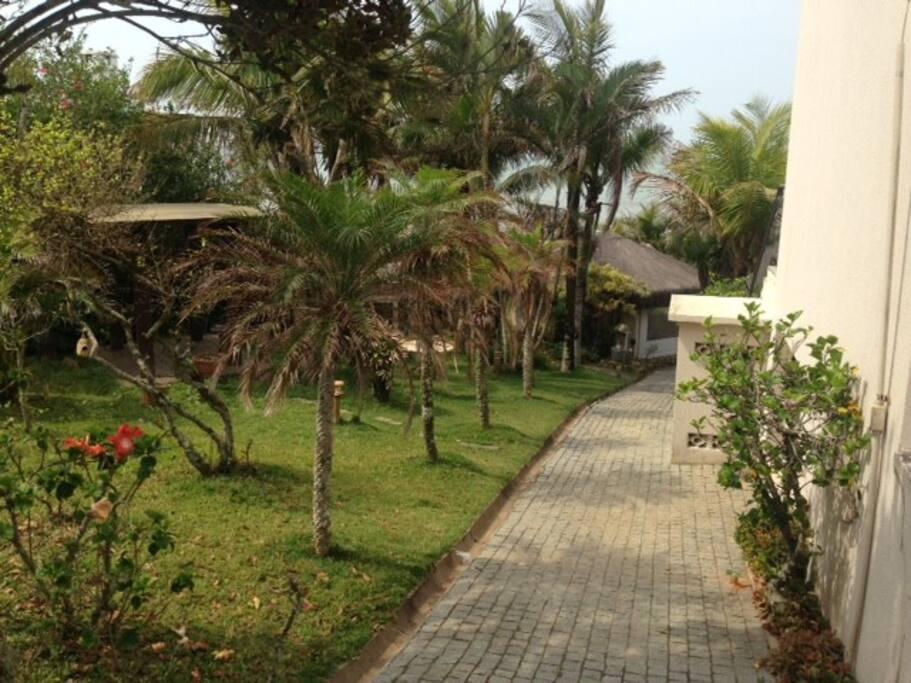 Jardim e acesso à Piscina e Churrasqueira