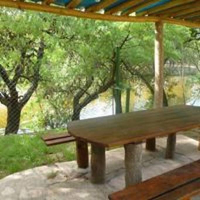 Quinchos con asadores junto al rio