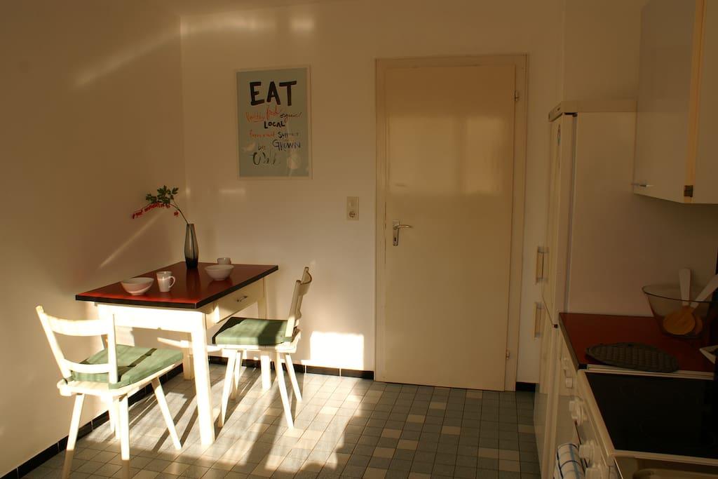 Helle Küche  mit kleinem Frühstücksplatz