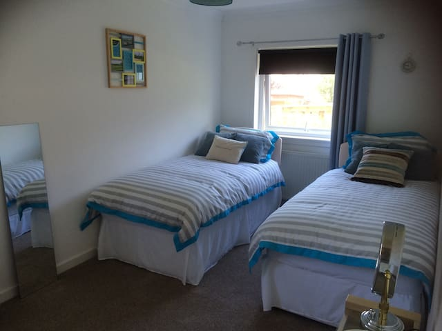 Fresh and bright rooms, near beach and golf course - Troon