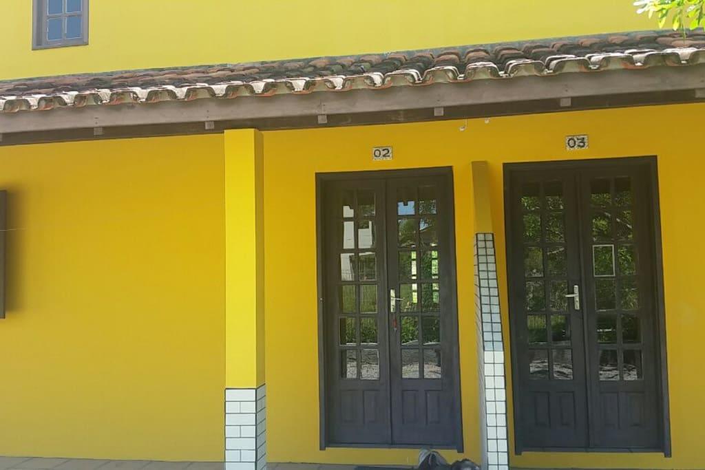 Porta principal divisória das casas
