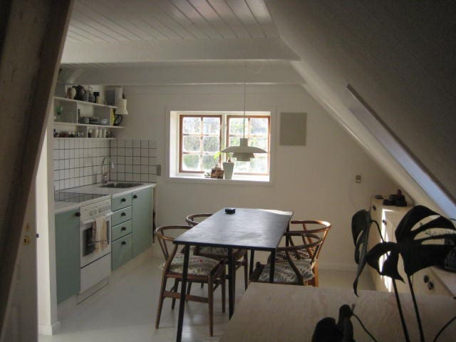 Hyggelig lejlighed i gammelt byhus