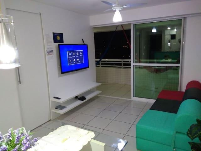 Sala de estar com TV e três poltronas cama
