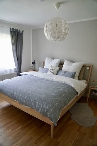 gemütliches Bett mit Taschenfederkernmatratze