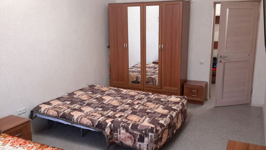 2-ое спальное место. Двуспальный диван-кровать, шкаф и тумбочка