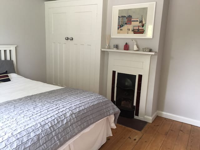 Lovely soft double bed and crisp new sheets.