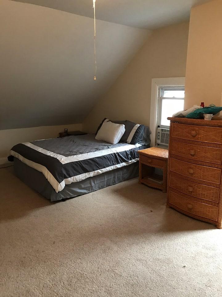 Spacious private room near NYC/EWK
