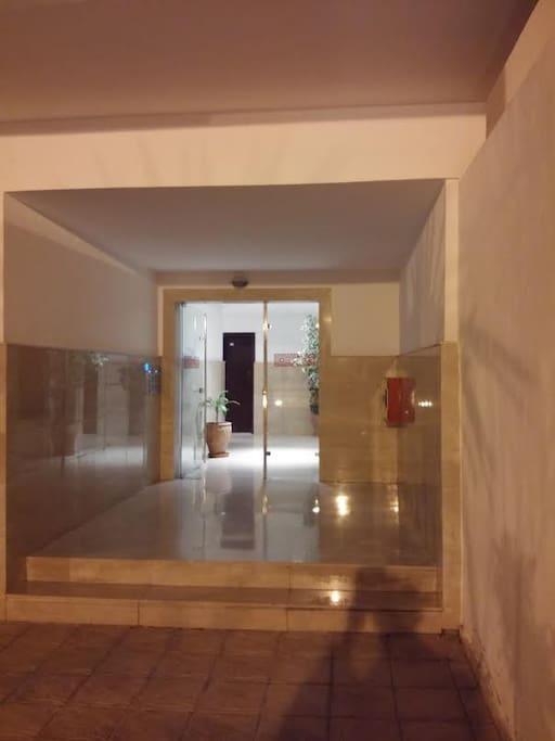 Entrée de l'immeuble, agréable et équipée... de