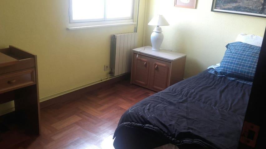 Alquilo habitación en Oviedo amplio aparcam. luz - Oviedo - Daire