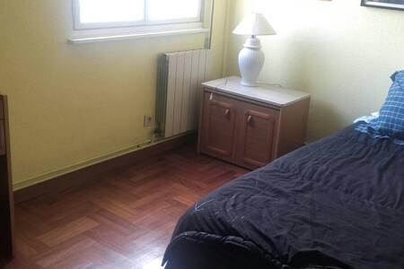 Alquilo habitación en Oviedo amplio aparcam. luz - Wohnung
