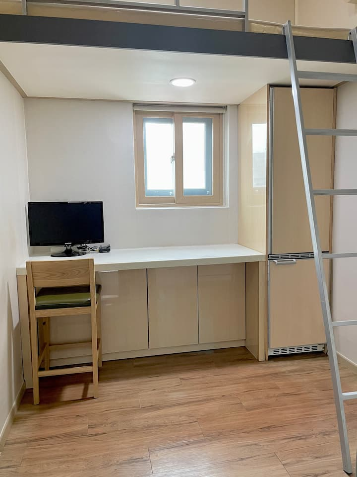 GETTY HOUSE - TINY ROOM 501