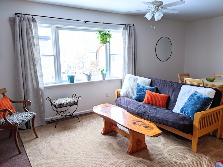 Bright & Comfortable Downtown Windham