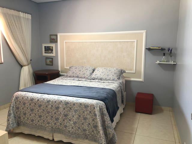 Quarto principal espaçoso e silencioso, com cama de verdade e espaço para colchão extra. Há tambem uma arara para pendurar roupas e colocar sapatos.