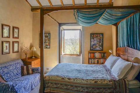 Romantic 4-poster room in Umbrian farmhouse