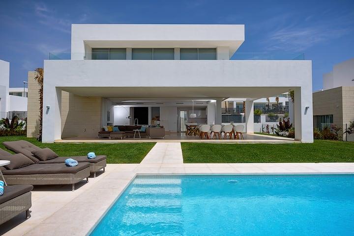 Contemporary 3 bed villa close to Beach and Golf