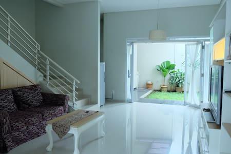 Setraduta Home 3BR - Sukajadi