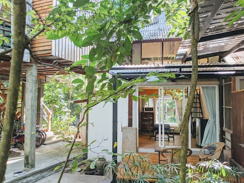 Minimalist Terrace House @ local artist community