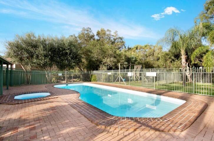 Warilla Beach Townhouse - Pool, Balcony & Garden
