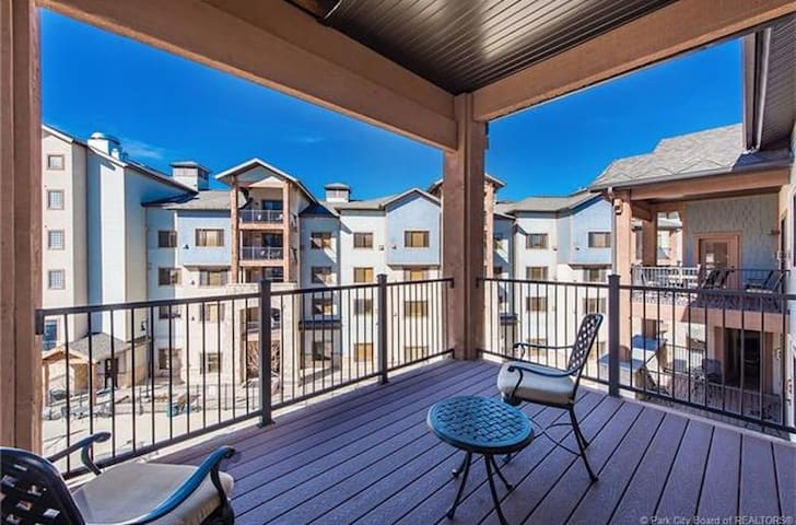 King Suite w private deck Mtn Views pool & hot tub