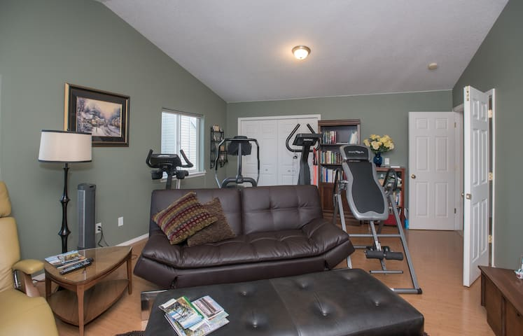 HUGE room with twin bed and a couch - St. Helens
